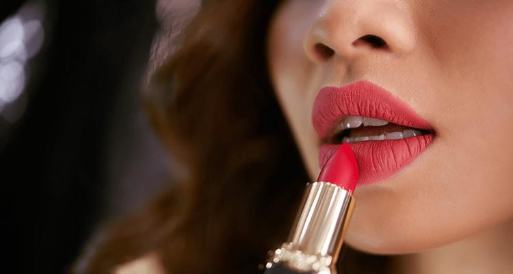 Kesalahan pemakaian Lipstik yang Harus Anda Hindari